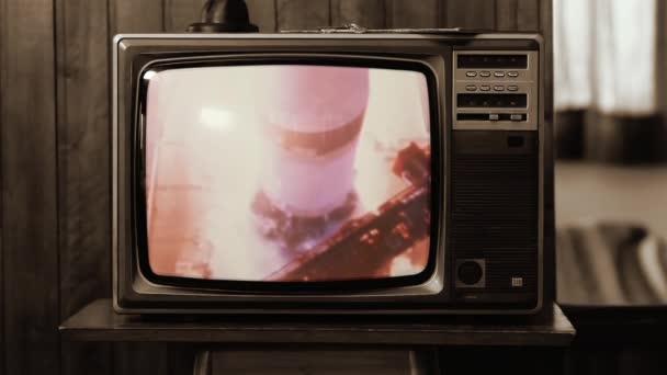 1969-ben. Történelmi felvétel a NASA Apollo 11 bemutatójáról egy régi retro TV-n. Sepia Tone vagyok. A NASA által biztosított videó elemei.