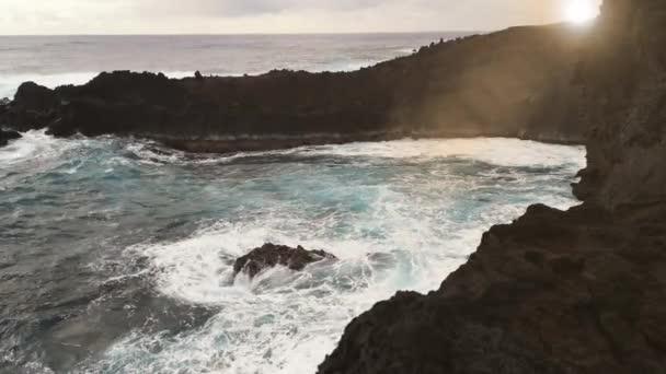 Kilátás a tengerre Ana Kakenga barlang közel Hanga Roa, Húsvét-sziget. A Sunseten vették fel. 4K felbontás.