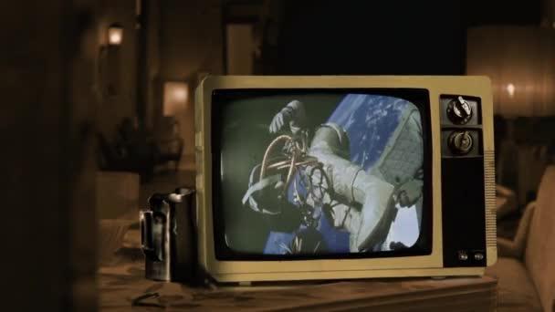 Az első amerikai űrséta. Az 1965. június 3-i Gemini 4 küldetés során Ed White lett az első amerikai, aki űrsétát vezetett. A videó elemeit a NASA bocsátotta rendelkezésre. 4K felbontás.