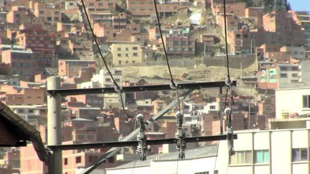 Vysokonapěťový pól nad domy v kopci v La Paz, Bolívie.