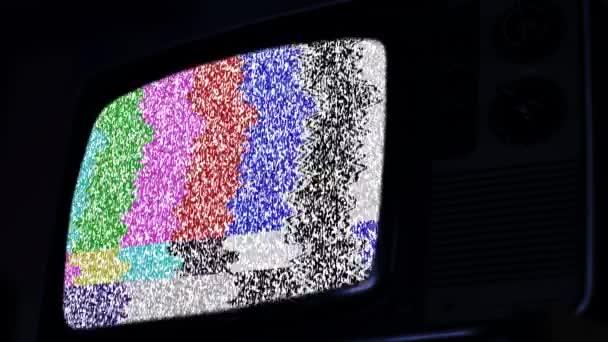 Egy régi 80-as évekbeli Televízió zaj- és színsávokkal a képernyőn. Kék Sötét Tone.