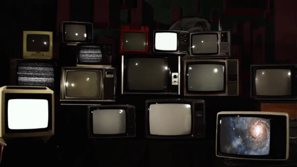Stacked Retro TV egy galaxis, mint a háttér. A NASA által biztosított videó elemei.