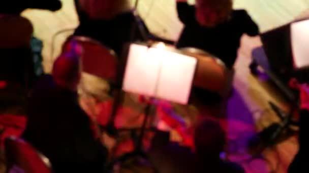Symfoničtí orchestroví hudebníci na jevišti. Rozmazané soustředění. houslisté a violoncellisté