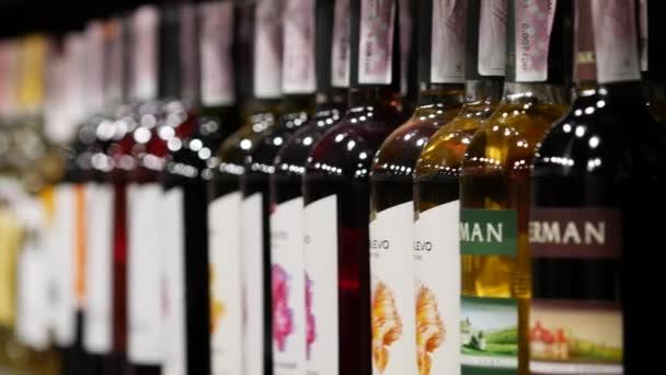Inkerman brandy borosüvegek a polcokon a bemutatón bor osztály ATB áruház