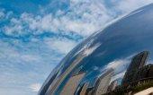 Spiegelung eines Chicagoer Gebäudes in einem Chicagoer Wolkentor