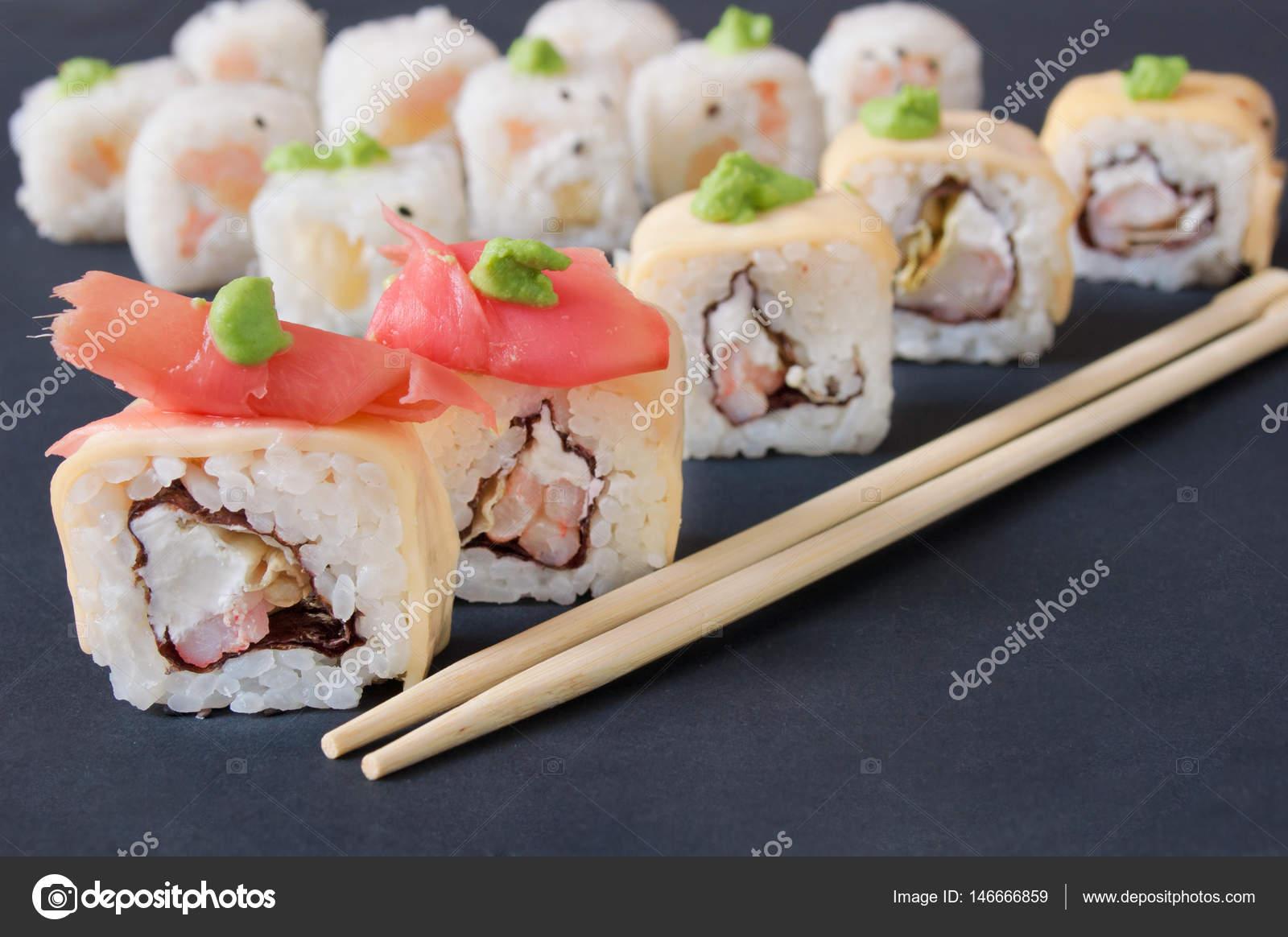 Sushi-Sashimi und Sushi Rolls Set serviert auf schwarzem Hintergrund ...