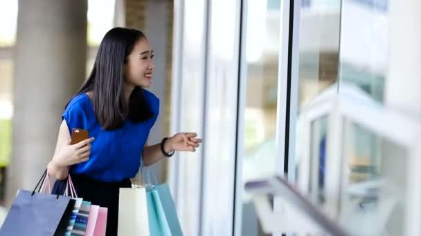 Dívka dostala zlevněné skla položky, ale její plat vypršel