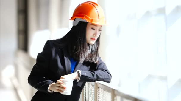 Inženýr, pracuje na jejím pracovišti. Je velmi spokojená