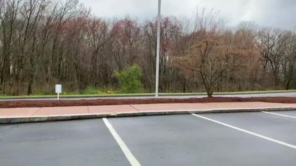 Ein leerer Parkplatz mit Behindertenparkplätzen
