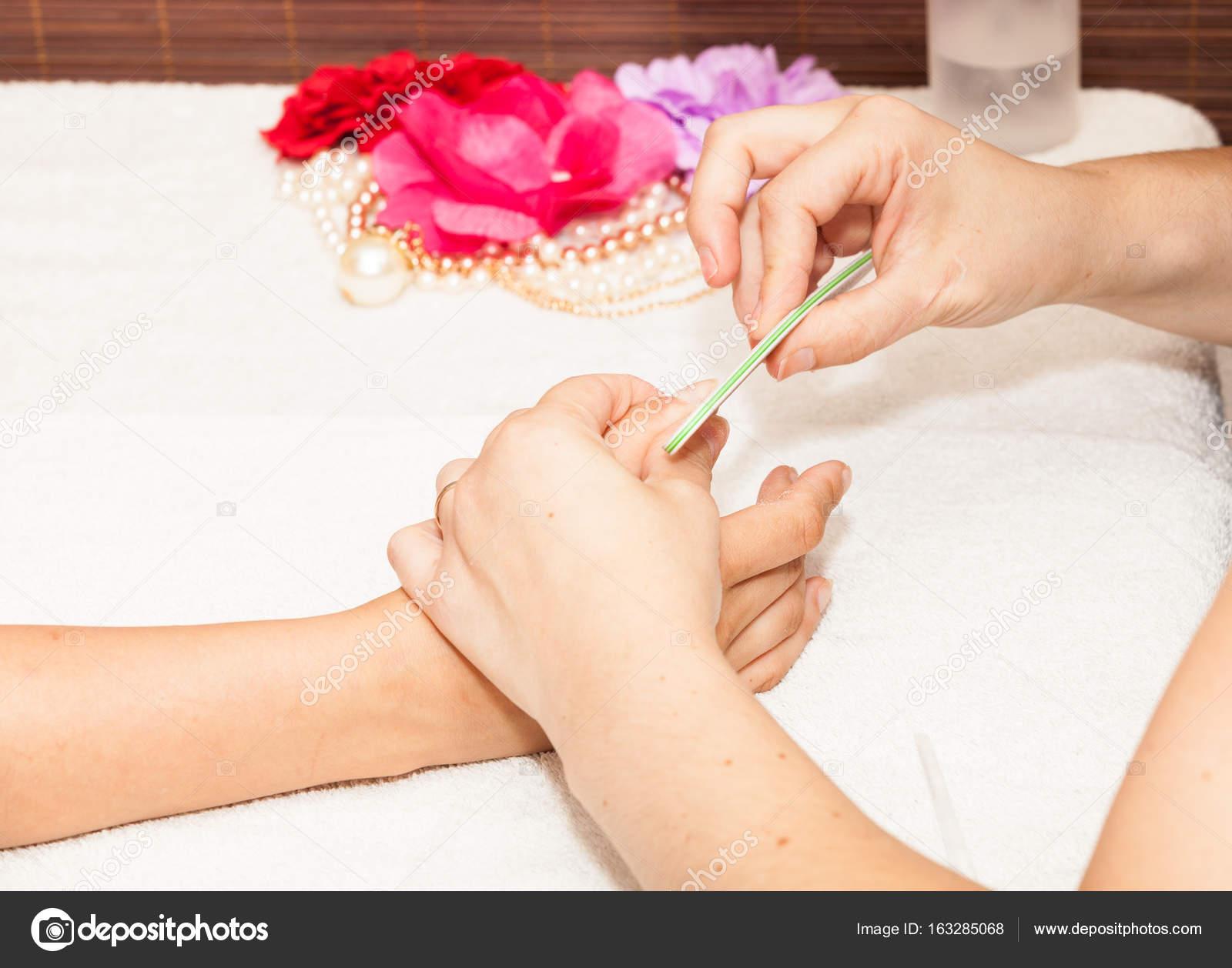 Kosmetikerin Polieren Client Nagel — Stockfoto © Chretien #163285068