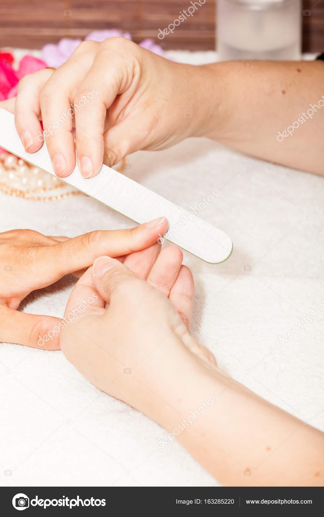 Kosmetikerin Polieren Client Nagel — Stockfoto © Chretien #163285220