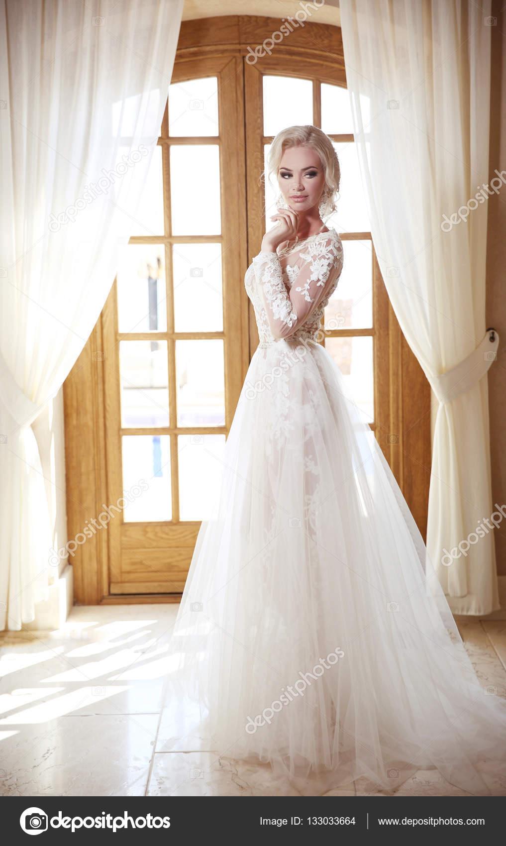 Блондинку в свадебном платье фото