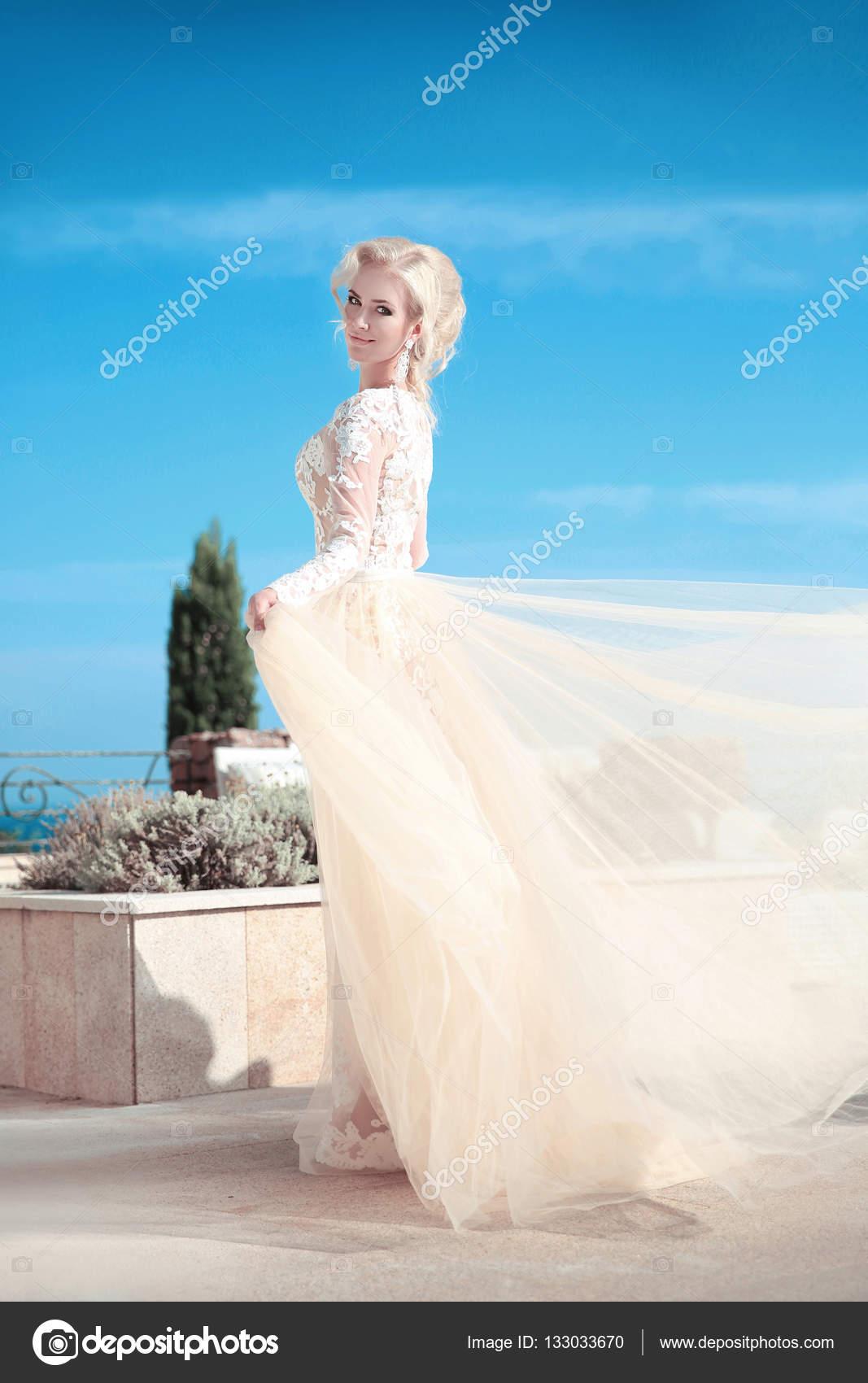 Mujer elegante de la novia en la boda de moda vestido en azul cielo ...