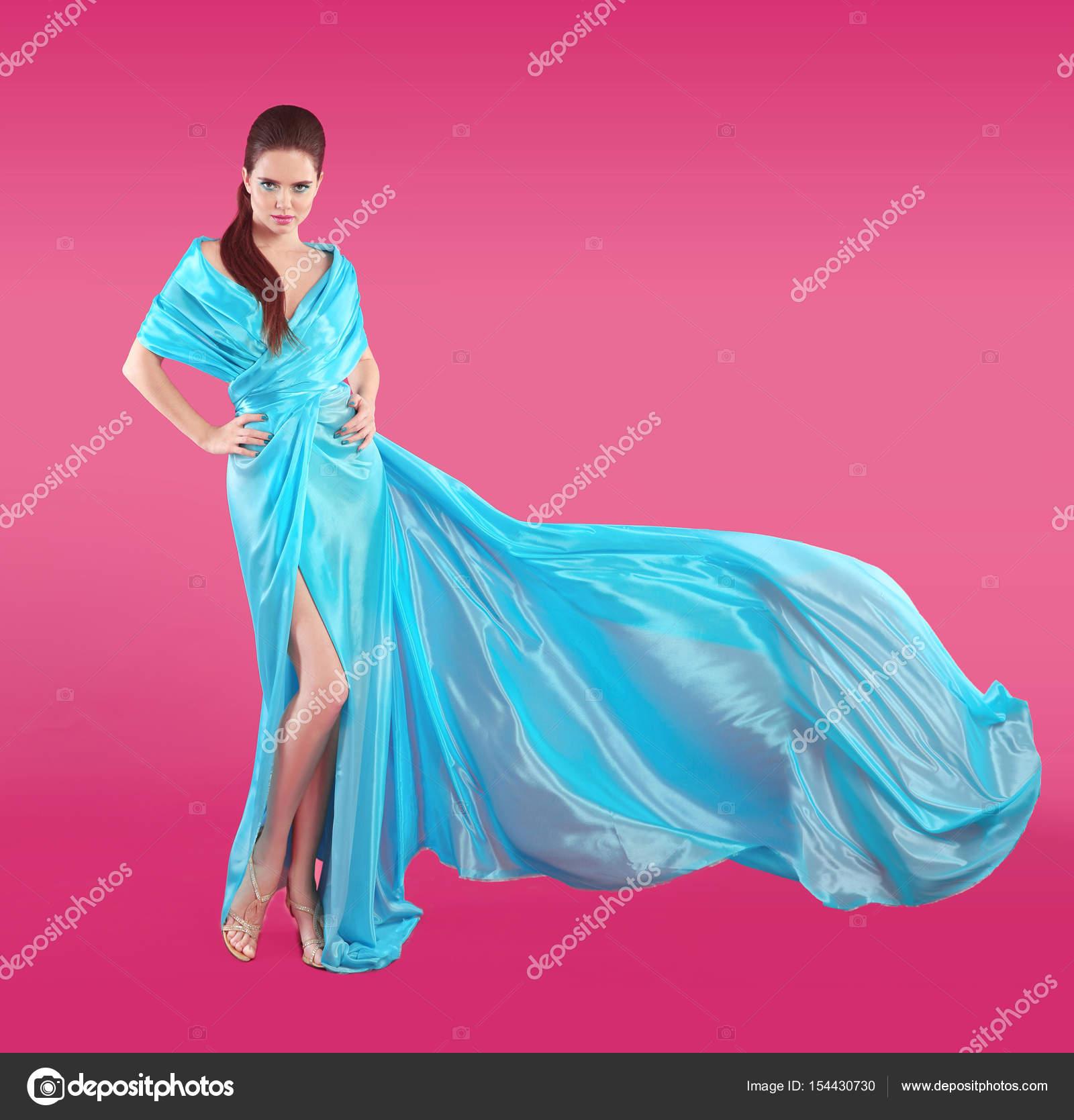 Hermosa chica de moda en vestido azul de soplado. Mujer de Flyin ...