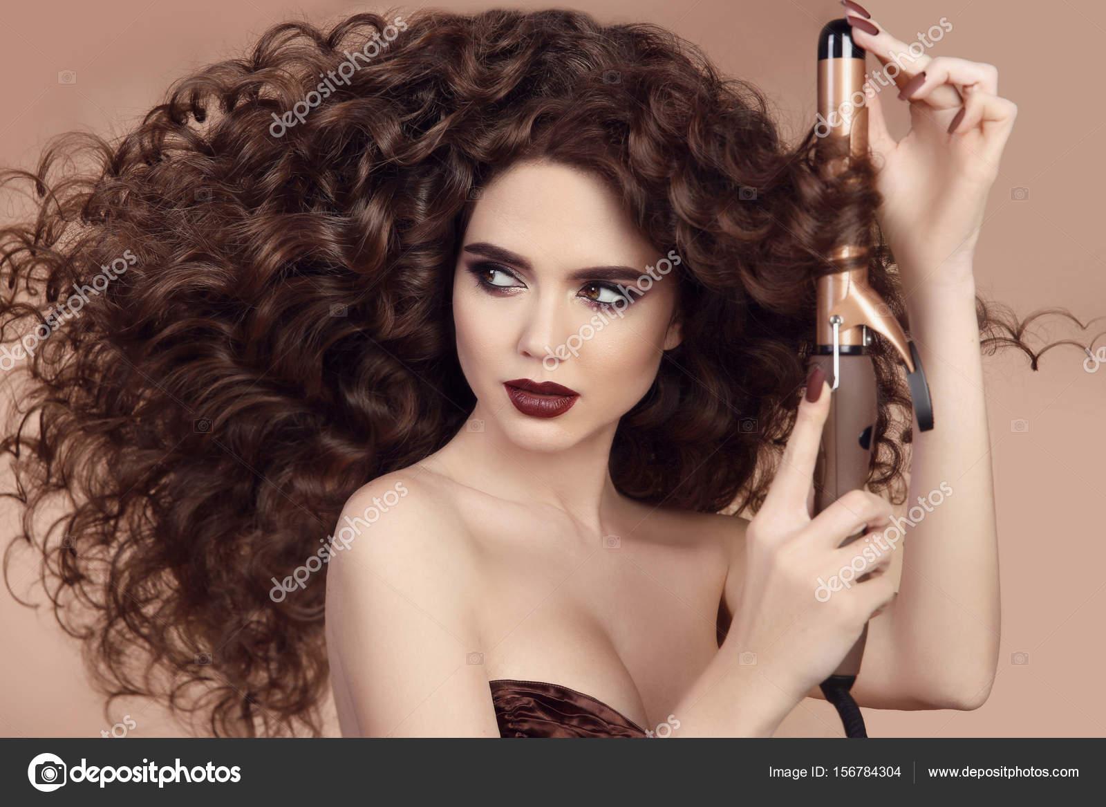 Cheveux Boucles Coiffure Beau Portrait De Femme Brune Avec