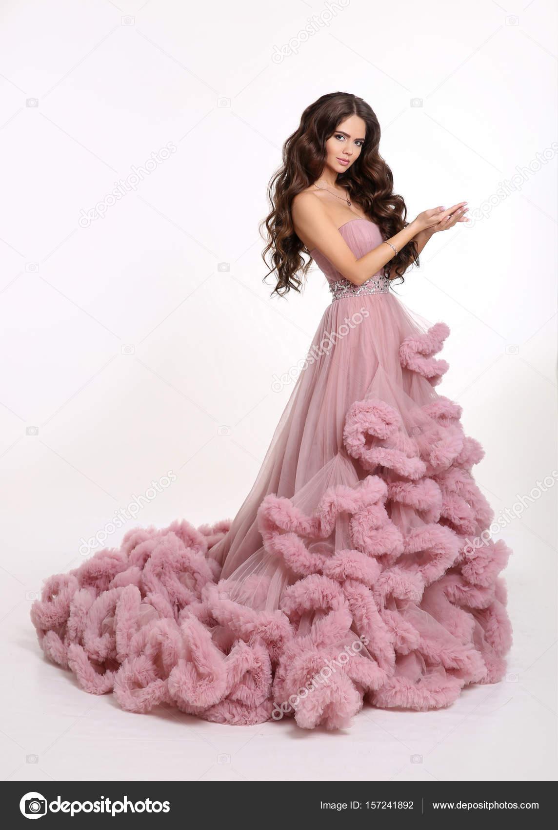 Chica hermosa dama en vestido rosa exuberante lujo. Morenas de moda ...