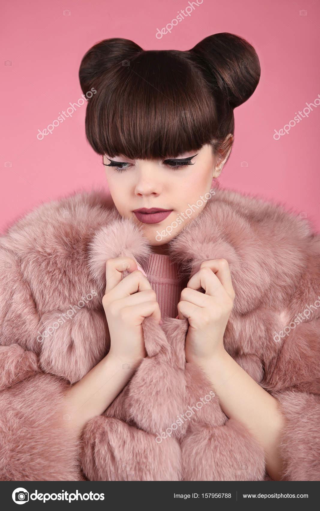 Ομορφιά Μακιγιάζ. Μόδα κορίτσι έφηβος μοντέλο σε ροζ γούνινο παλτό. Brunett  — Φωτογραφία Αρχείου 805c2c4153b