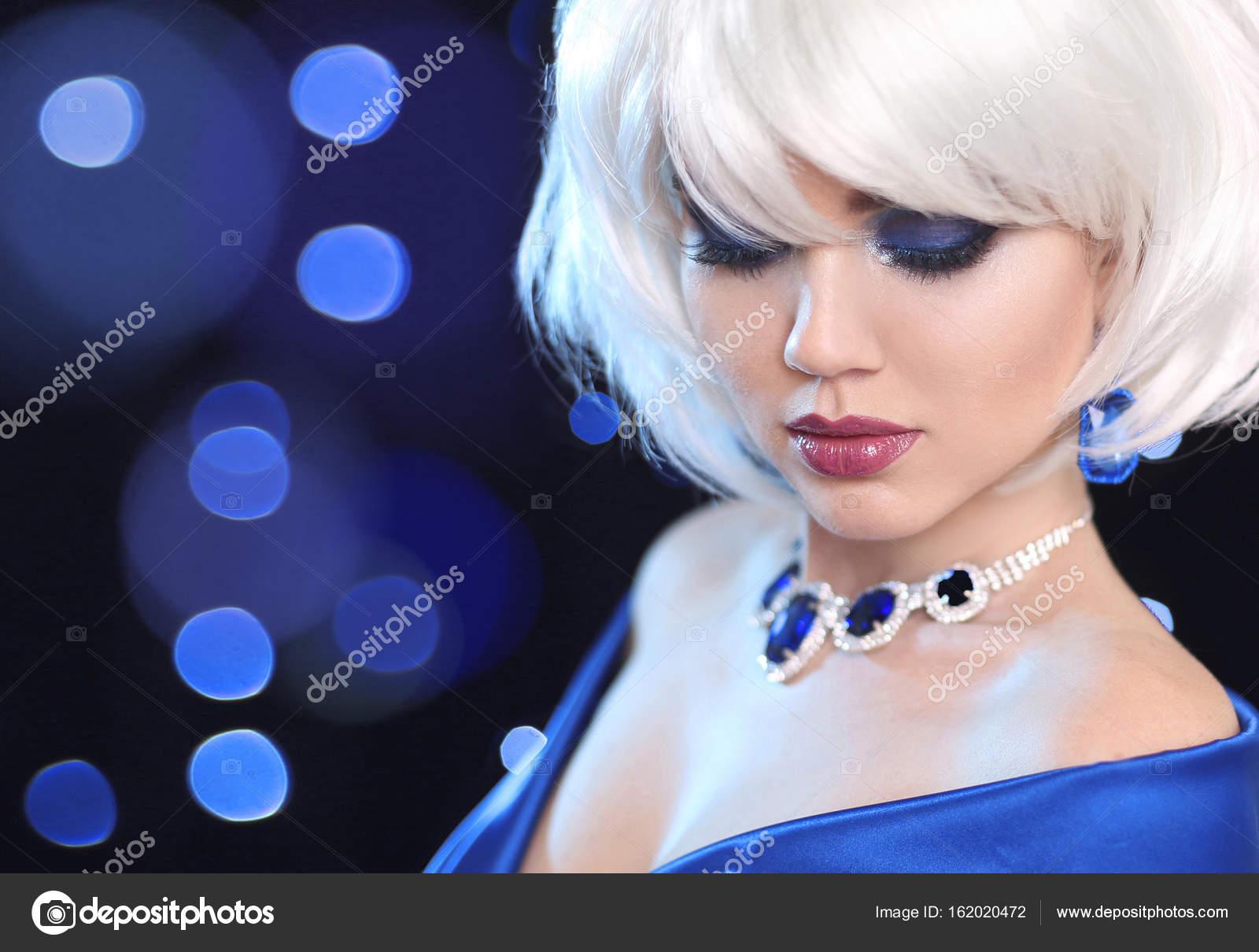 5a05b2329 Moda ragazza Bob biondo. Bianco capelli corti. Trucco di bellezza della  donna del ritratto. Pendente delle gemme gioielli. Viso da vicino.