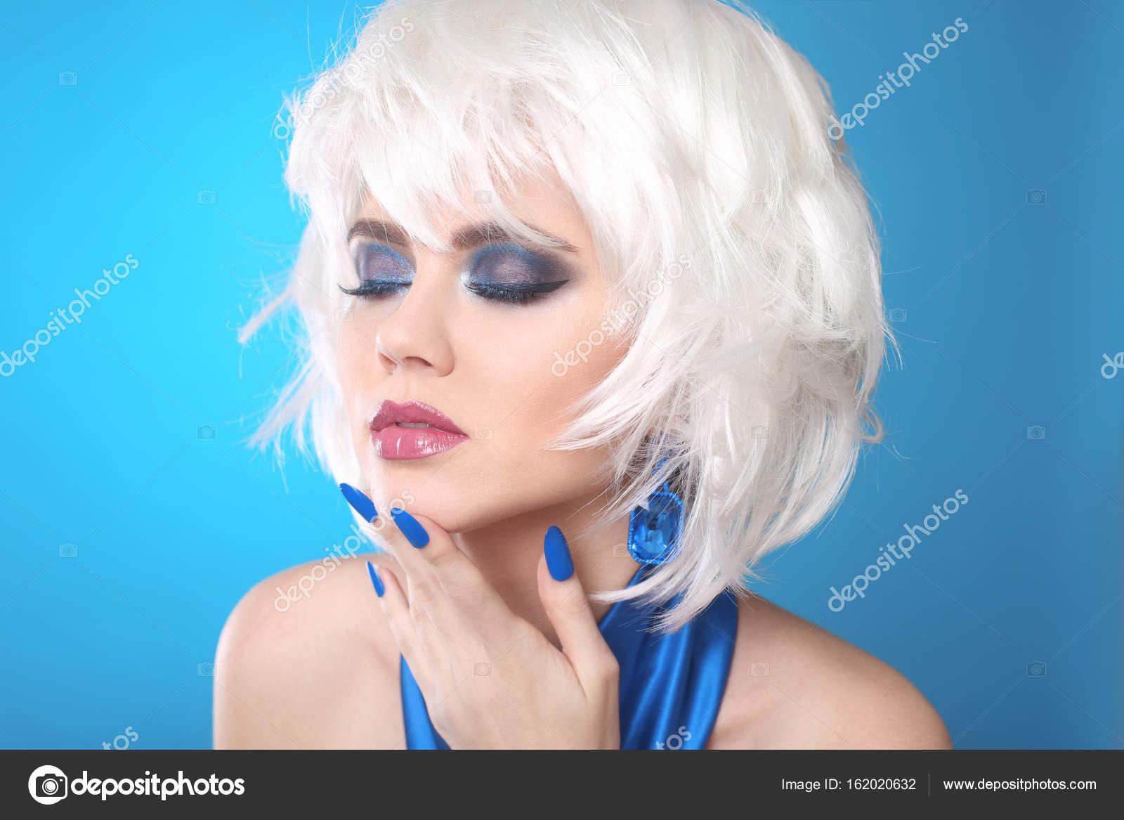 5b155e8bb Moda ragazza Bob biondo. Bianco capelli corti. Trucco di bellezza della  donna del ritratto. Blue unghie curate. Viso da vicino. Taglio di capelli.  Frangia.