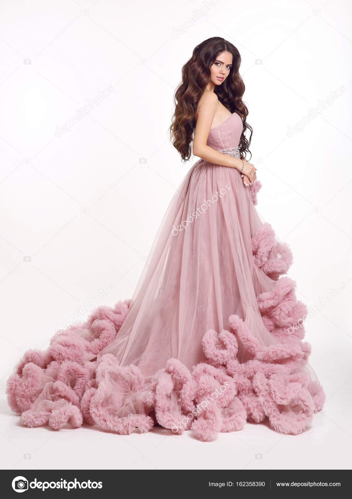 Hermosa mujer en vestido rosa exuberante lujo. Morena Dama de moda ...