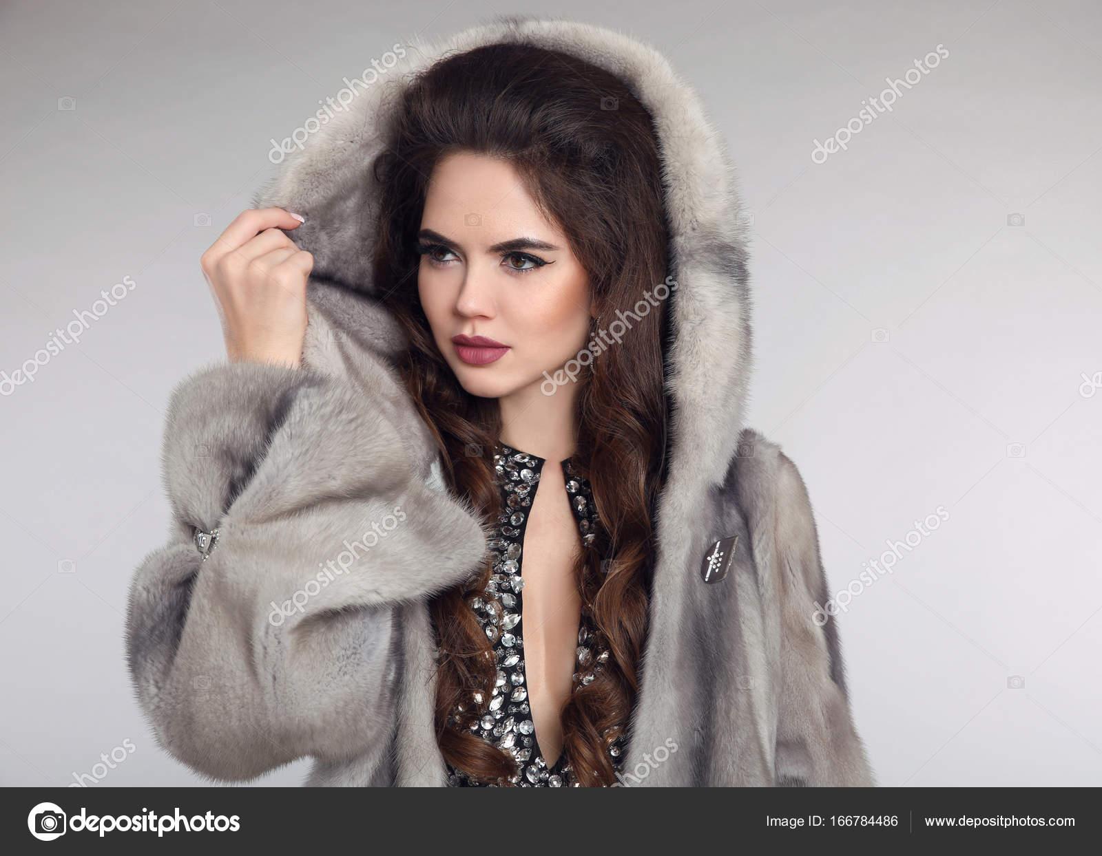 0708f12de317 Σιβηρίας γυναίκα στο παλτό γούνα βιζόν studio γκρι φόντο. FAS — Φωτογραφία  Αρχείου