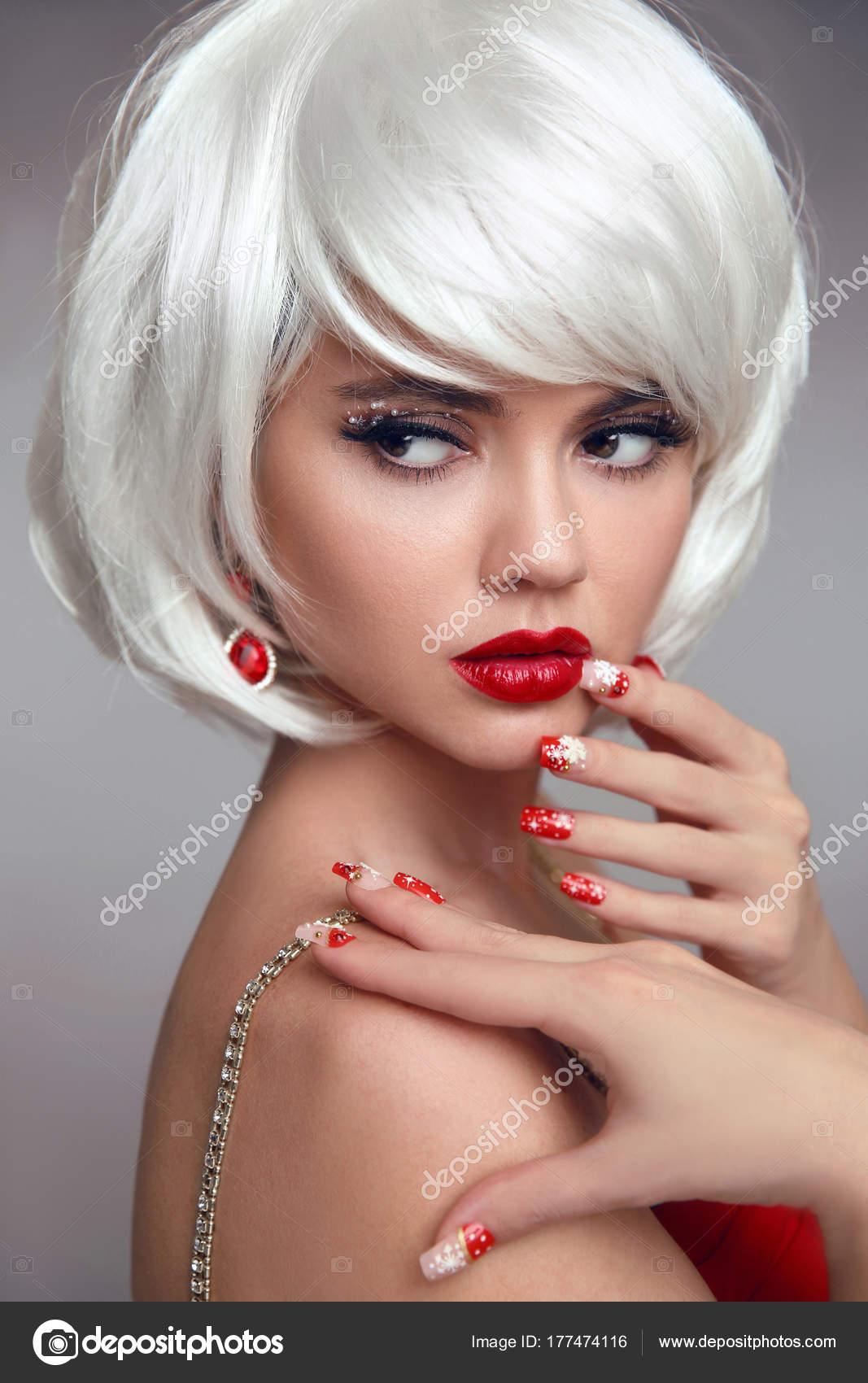 Сексуальная блондинка с белыми ногтями