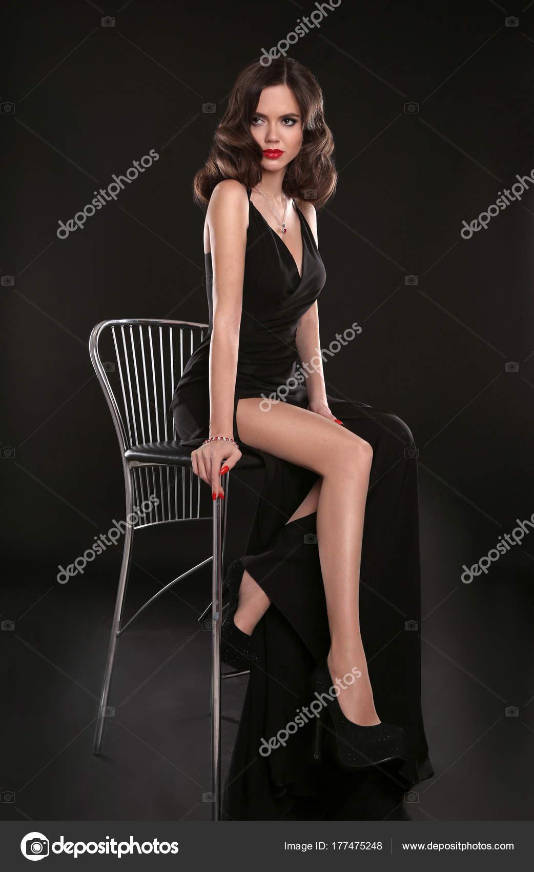 Elegante Dame in lange sexy Kleid mit Retro-wellige Frisur sittin ...