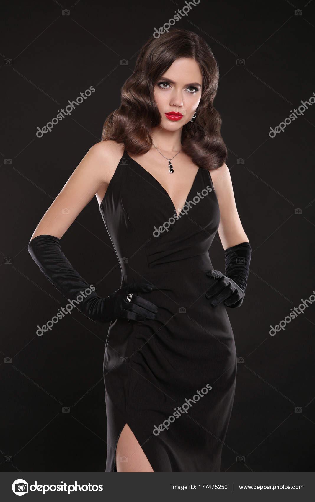 Modisches Modell. Elegante Dame in lange sexy Kleid mit Retro-wa ...