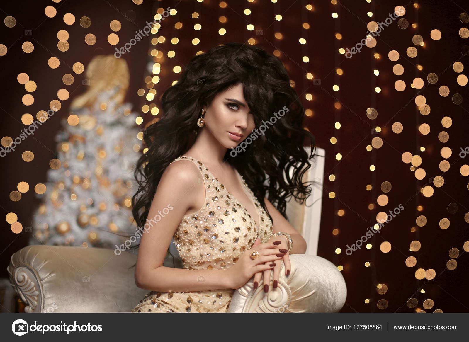 e74ebd082a7 Glamour mode jeune fille brune Noël portrait. Femme sexy élégante dans une  robe sensuelle avec le maquillage de soirée
