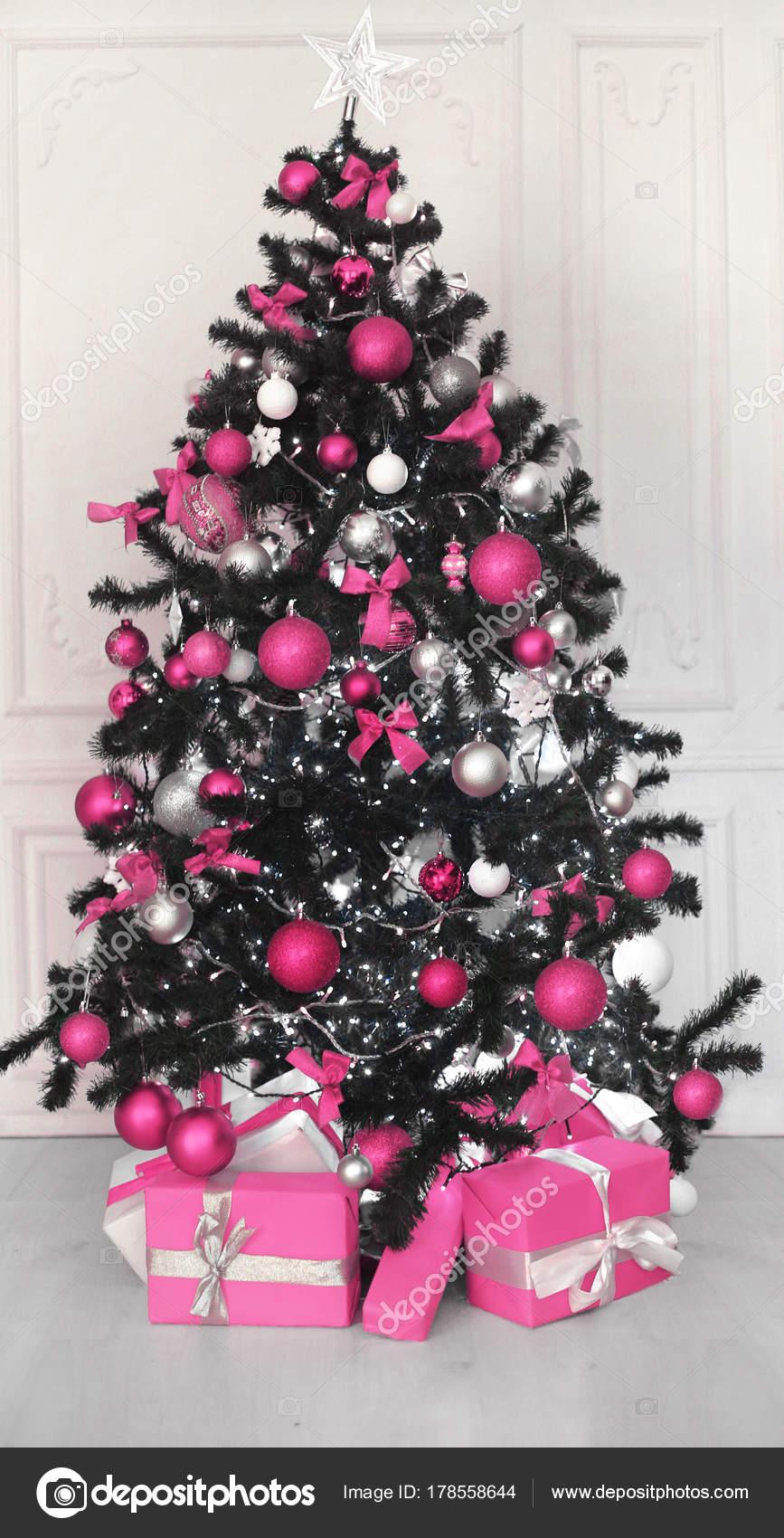 Rosa Weihnachtsbaum.Rosa Weihnachtsbaum Mit Kugel Geschenke Dekoration Vor Der Weißen