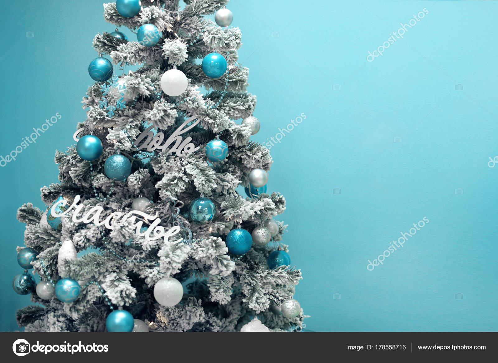 Albero Di Natale Con Decorazioni Blu : Albero di natale nevoso con decorazione regali blu isolato su turq