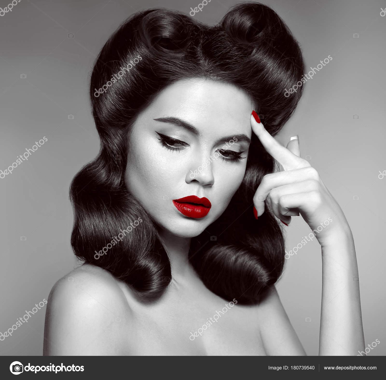 nostalgie. pin up fille avec les cheveux boucles rétro et maquillage