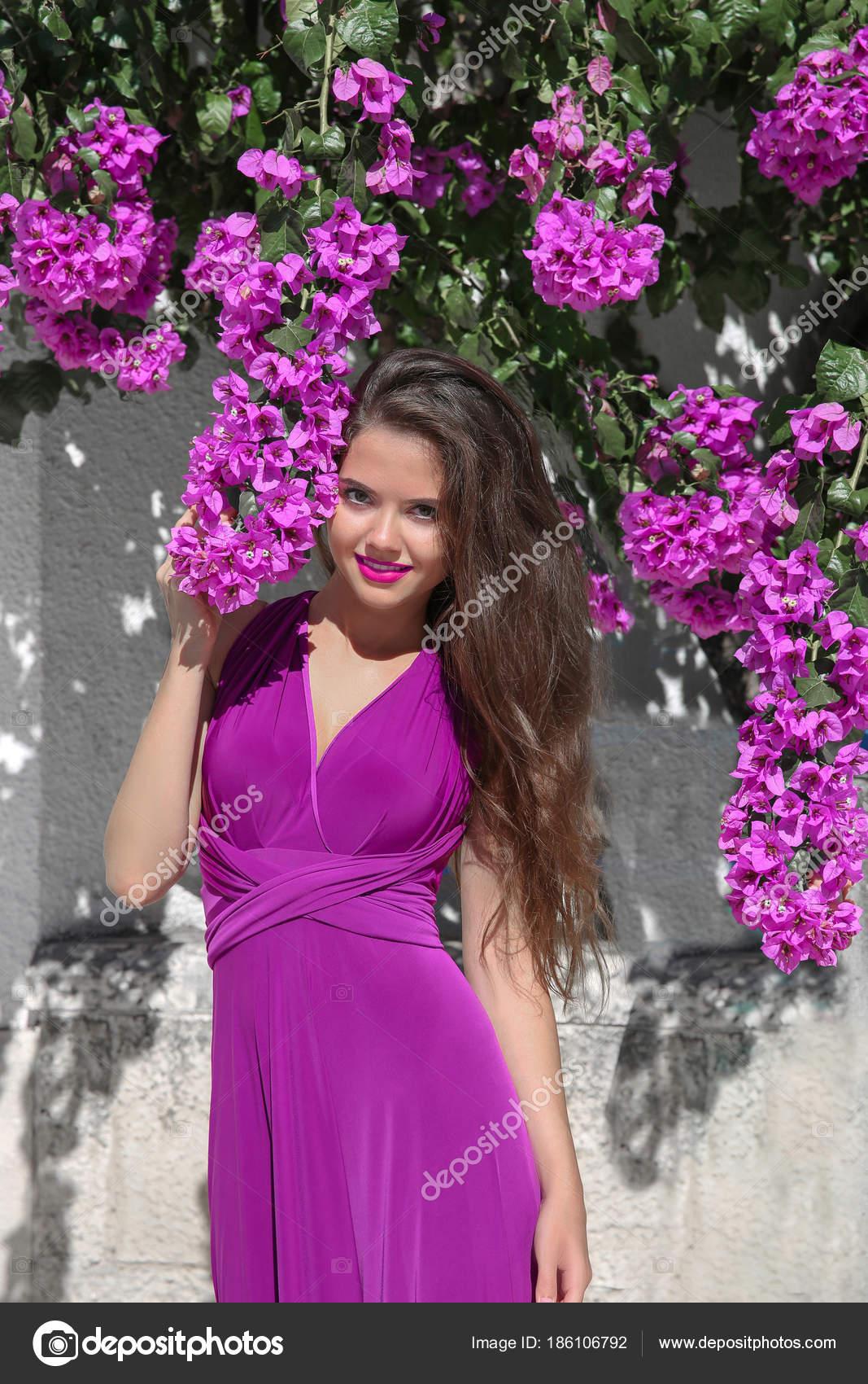 Retrato de hermosa mujer joven en árbol de buganvillas. Grecia va ...
