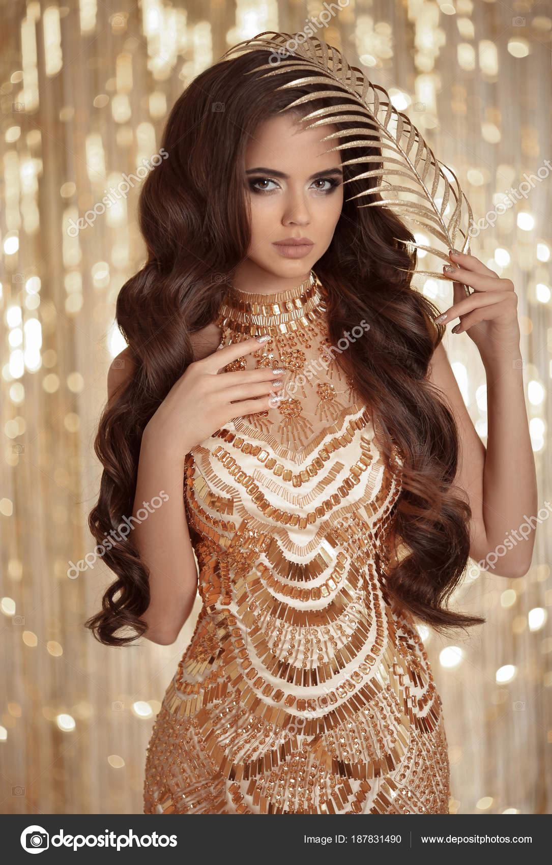Fashion Glamour Brünette Dame in golden glänzenden Pailletten Kleid ...