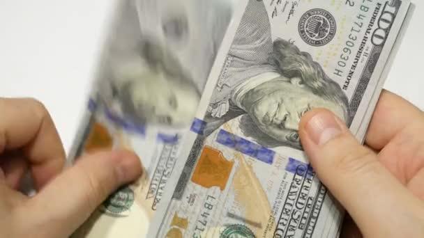 Peníze, hotovost, dolary počítají ruce, plat, štěstí, zamlžení na bílém pozadí.