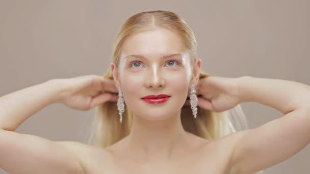 Gyönyörű szőke lány fogdossa a haját