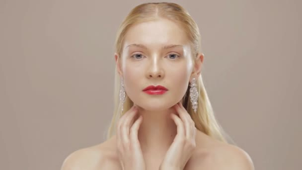 Nádherná blonďatá dívka se dotýká její krk. Zpomalený pohyb