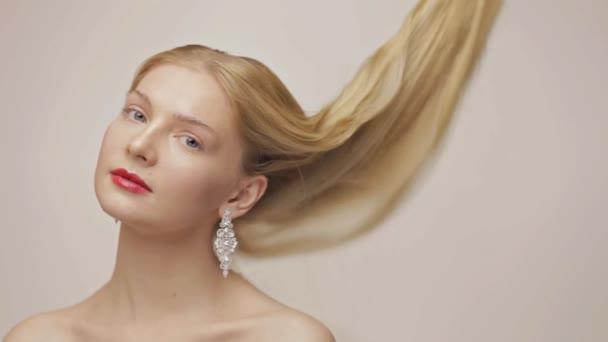 Nádherná blondýnka s pomalu padající vlasy. Podívejte se ve fotoaparátu