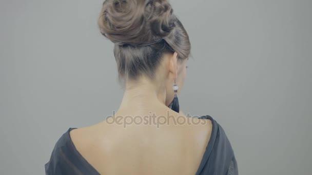 Nádherná brunetka žena dává ránu polibek na kameru