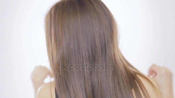 Mladá žena na bílém pozadí