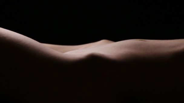 Beine und Bauch der schönen Frau. Schleife