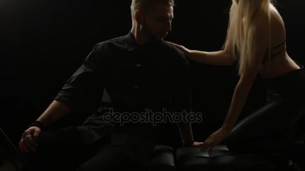 mladý pár flirtuje