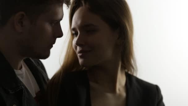 Átölelve a fehér pár