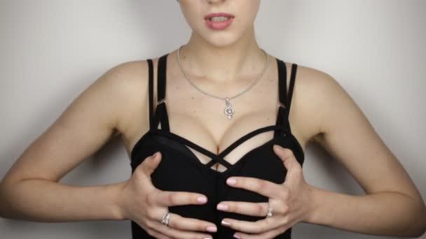 junge Frau berührt Brust