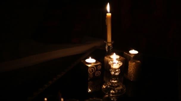 Velas en el cuarto oscuro — Vídeo de stock © Honored #173438762