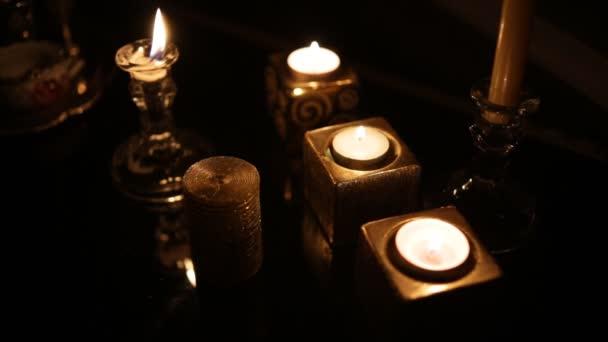 Velas en el cuarto oscuro. Lazo — Vídeo de stock © Honored #173439484
