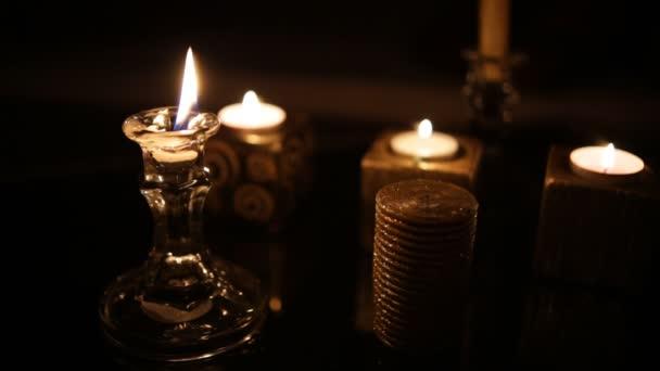 Velas en el cuarto oscuro. Lazo — Vídeo de stock © Honored #173444552