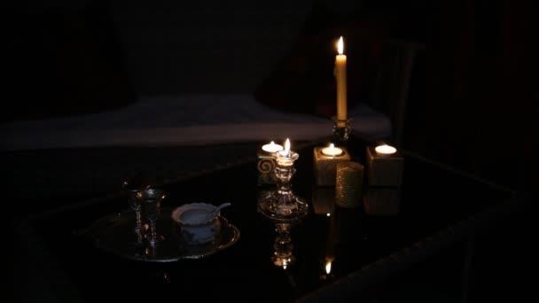 Velas en el cuarto oscuro. Lazo — Vídeo de stock © Honored #173446086