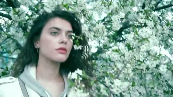 Lány közelében virágzó fa