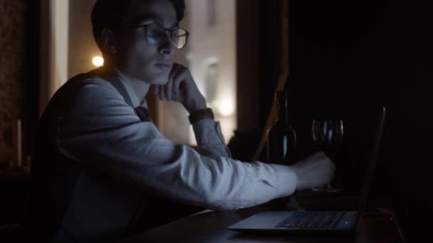 Mladý muž pracující s laptopem, zpomalený pohyb